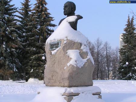 Фото: Памятник-бюст И. А. Гончарову