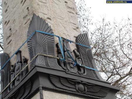 Фото: Обелиск «Игла Клеопатры» и Лондонские сфинксы