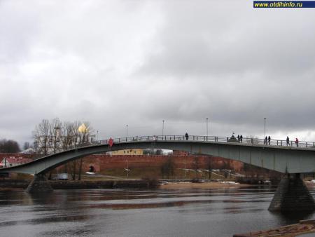 Фото: Пешеходный мост через реку Волхов