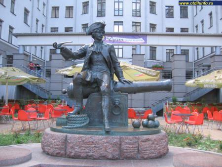Фото: Памятник Василию на Васильевском острове