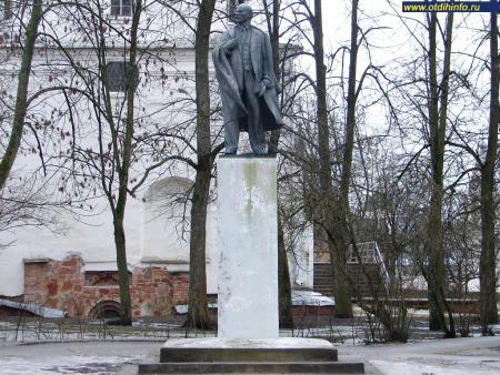 Фото: Памятник В. И. Ленину на Торговой стороне