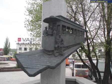Фото: Памятник первому трамваю в Киеве