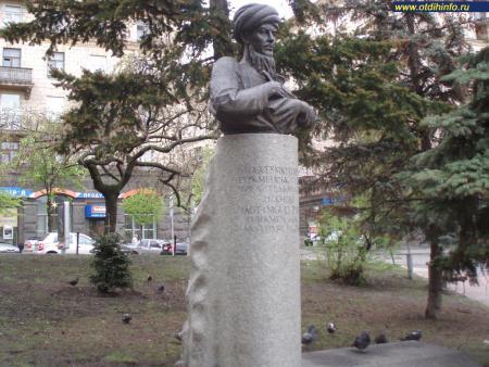 Фото: Памятник Махтумкули Фраги