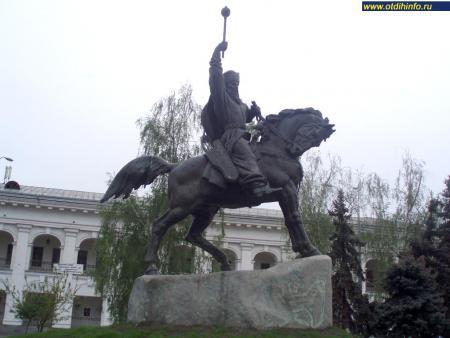Фото: Памятник П. К. Сагайдачному