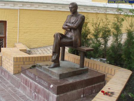 Фото: Памятник М. А. Булгакову