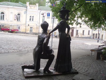 Фото: Памятник Проне Прокоповне и Голохвастову — персонажам кинокомедии «За двумя зайцами»