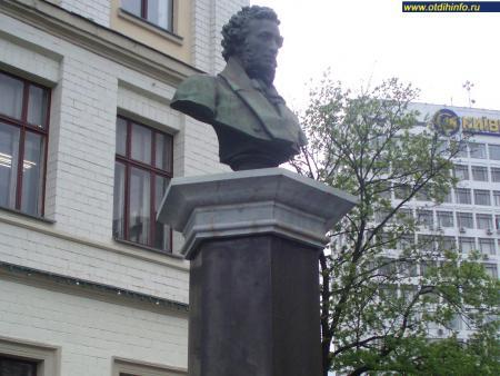 Фото: Памятник-бюст А. С. Пушкину