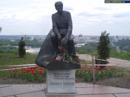 Фото: Памятник Л. Ф. Быкову