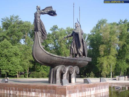 Фото: Памятник основателям Киева