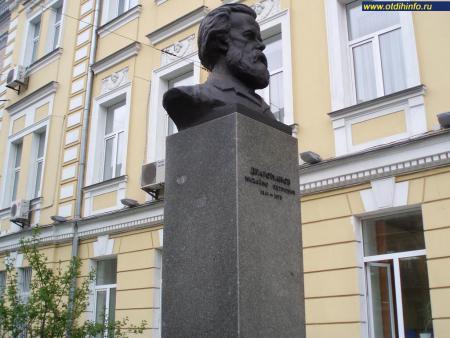 Фото: Памятник-бюст М. П. Драгоманову