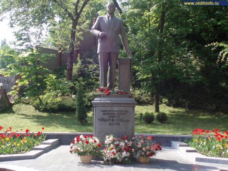 Фото: Памятник Г. А. Алиеву