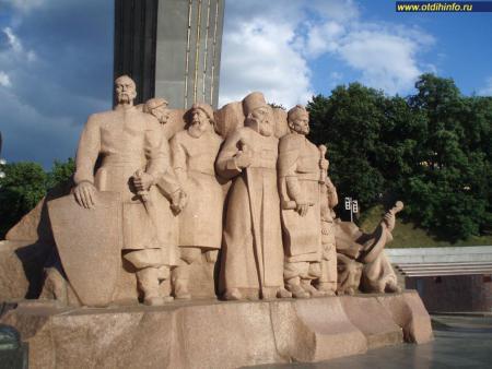 Фото: Арка дружбы народов, скульптурная композиция в честь объединения Украины с Россией