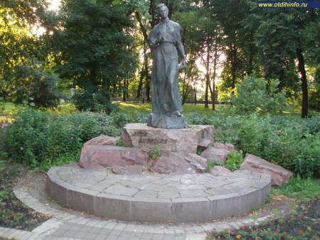 Фото: Памятник Лесе Украинке в парке Городской сад