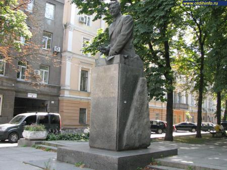 Фото: Памятник Д. З. Мануильскому