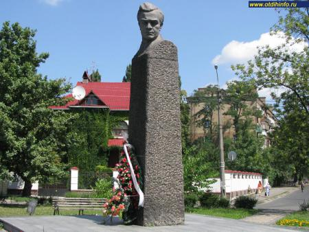 Фото: Памятник-бюст М. П. Кирпоносу