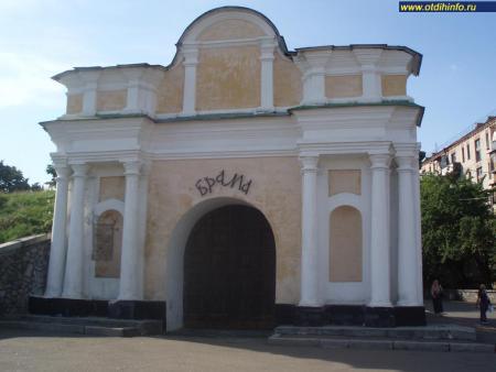 Фото: Московские ворота Старой Печерской крепости