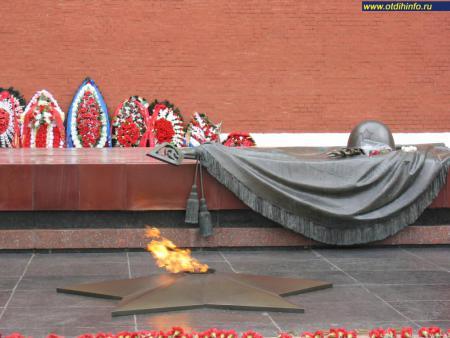 Фото: Вечный огонь на могиле Неизвестного солдата (Москва)