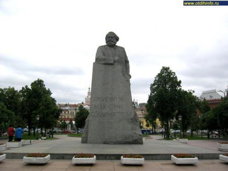 Фото: Памятник Карлу Марксу на Театральной площади