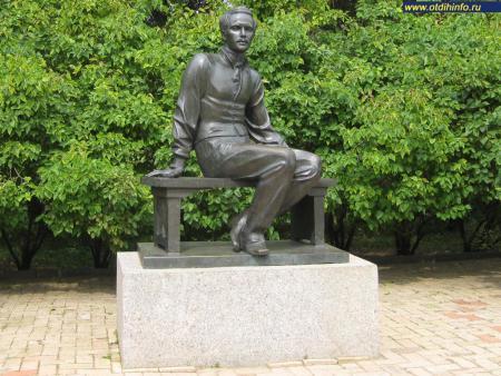 Фото: Памятник М. Ю. Лермонтову в Тарханах