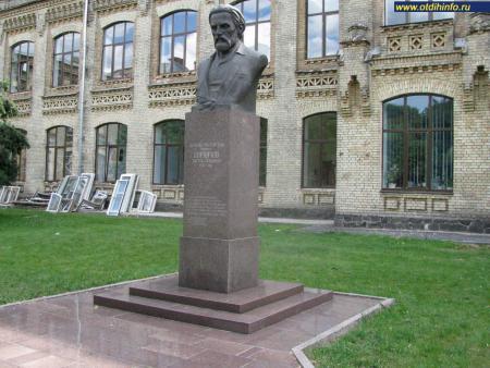 Фото: Памятник-бюст В. Л. Кирпичёву