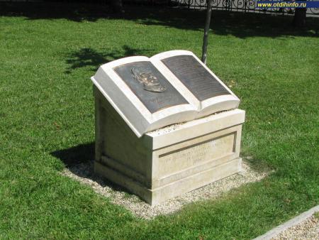 Фото: Памятник Карлу Лютцу