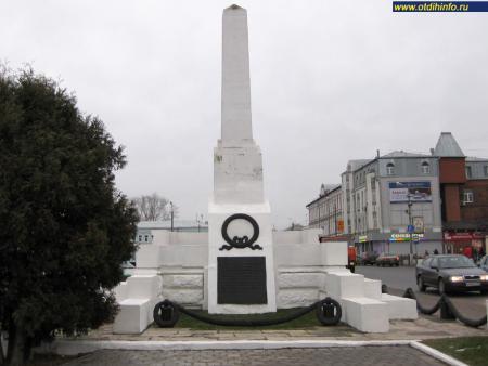 Фото: Памятник погибшим революционерам в 1905 г. и 1917 г.