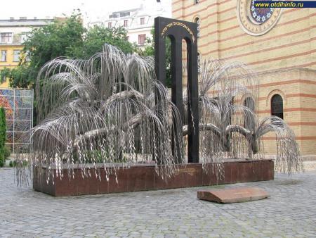 Фото: Памятник жертвам холокоста, памятник «Дерево жизни»