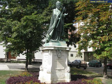 Фото: Памятник Иннокентию ХI