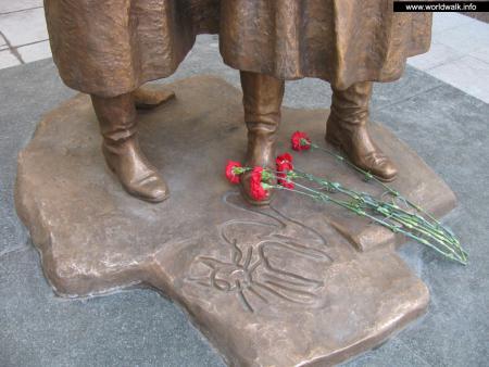 Фото: Скульптурная композиция «Место встречи изменить нельзя», памятник Жеглову и Шарапову