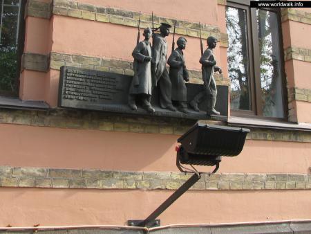 Фото: Памятный знак выпускникам военных школ