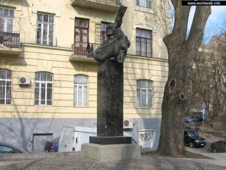 Фото: Памятник И. С. Козловскому