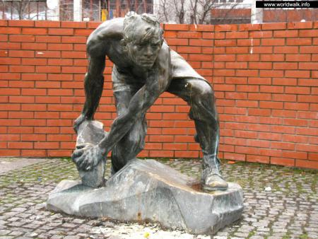 Фото: Памятник «Булыжник — оружие пролетариата»