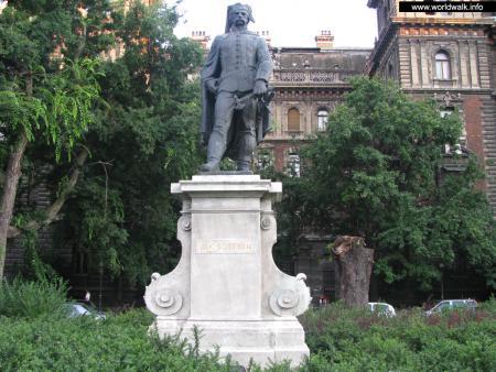 Фото: Памятник Яношу Боттьяну
