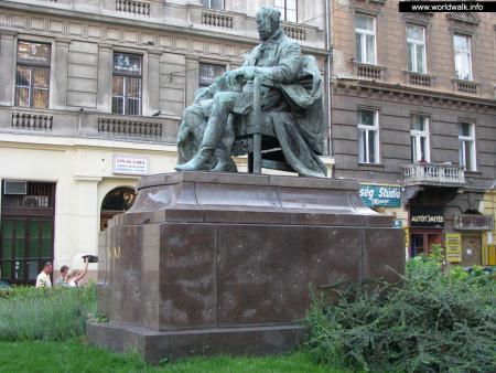 Фото: Памятник Мору Йокаи
