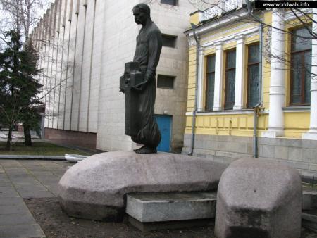Фото: Памятник Д. И. Яворницкому