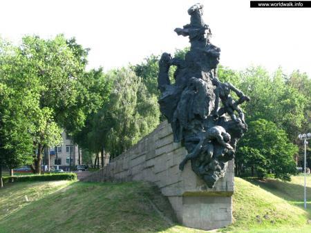 Фото: Памятник расстрелянным в Бабьем яру
