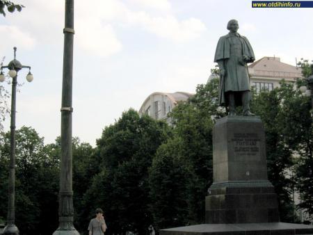 Фото: Памятник Н.В. Гоголю на Гоголевском бульваре (Москва)