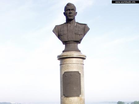Фото: Памятник-бюст А. В. Ворожейкину