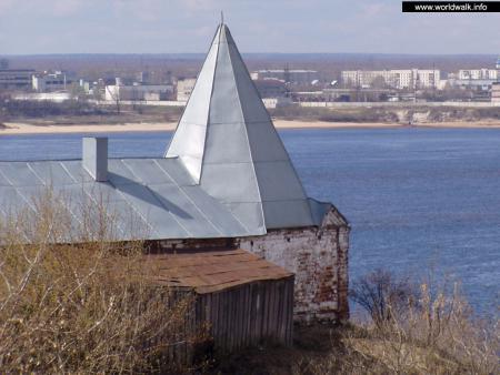 Фото: Угловая башня ограды Троицко-Никольского собора