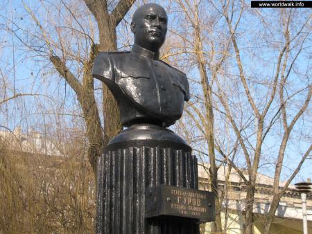 Фото: Памятник-бюст К. А. Гурову