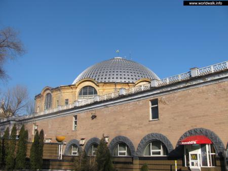 Фото: Здание центрального рынка в Донецке