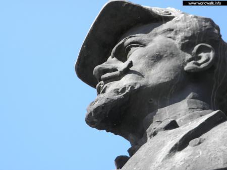Фото: Памятник-бюст Ярославу Домбровскому