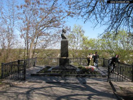 Фото: Памятник-бюст М. М. Коцюбинского