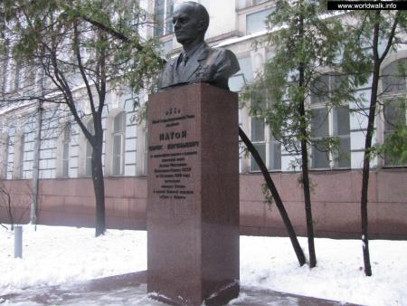Фото: Памятник-бюст Б. Е. Патону