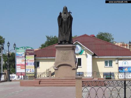 Фото: Памятник патриарху Пимену