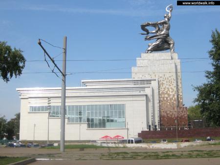 Фото: Скульптурная композиция «Рабочий и колхозница»
