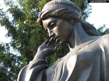 Фото: Памятник Марусе Чурай, памятный знак украинской песне
