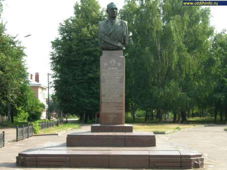 Фото: Памятник А.А. Новикову