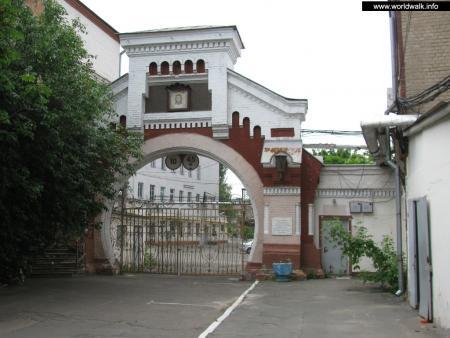 Фото: Ворота бывшего Киевского снарядного завода