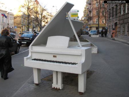 Фото: Памятник Фредерику Шопену, скульптура Рояль в кустах